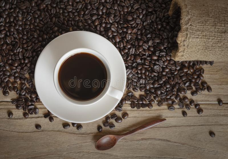 咖啡和咖啡豆在大袋 免版税库存图片