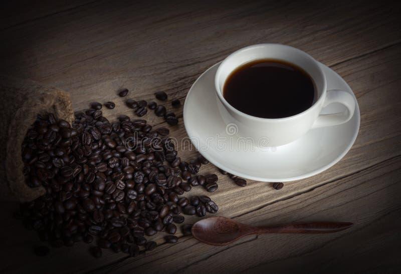 咖啡和咖啡豆在大袋 图库摄影