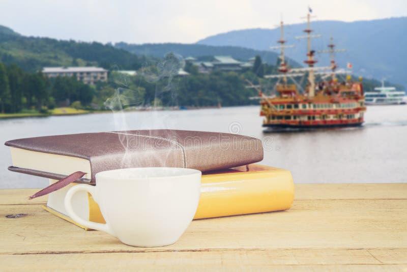 咖啡和小船在湖ashi 免版税库存照片