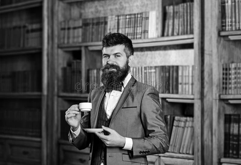 咖啡和成功概念 昂贵的衣服的有胡子的人喝咖啡 库存照片