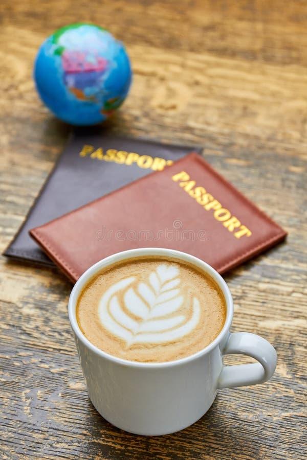 咖啡和护照 免版税库存照片