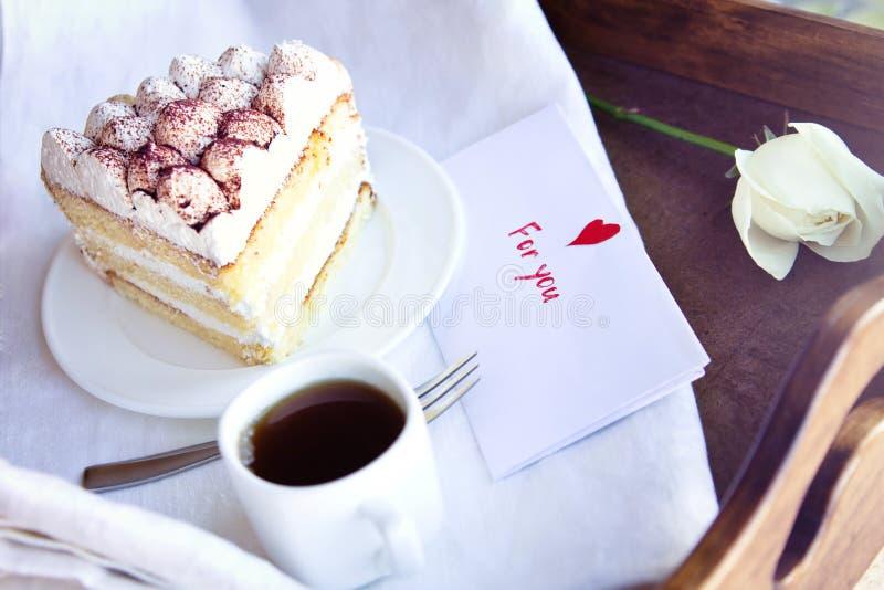 咖啡和提拉米苏在盘子 免版税库存图片