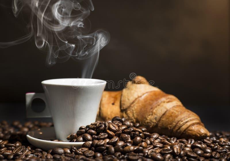 咖啡和新月形面包 免版税库存图片