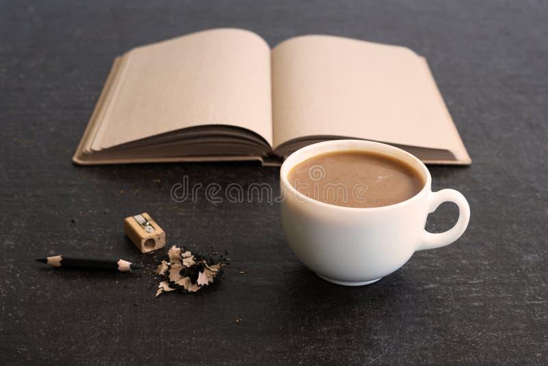 咖啡和日志的时刻 免版税库存照片