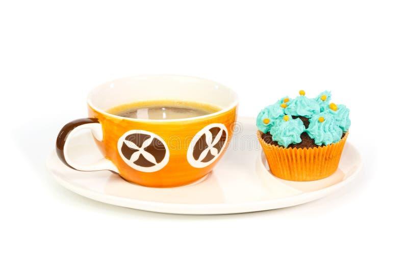 咖啡和杯形蛋糕与蓝色奶油色结霜 库存照片