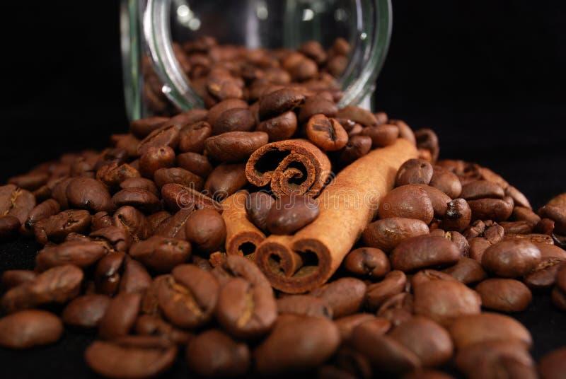 咖啡和桂皮枝谷物  库存图片