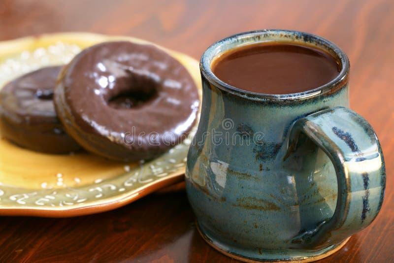 咖啡和油炸圈饼 免版税库存图片