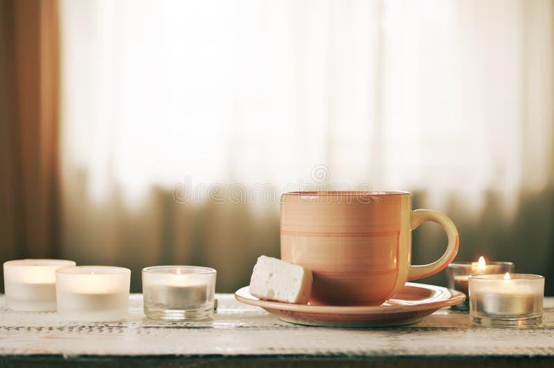 咖啡和灼烧的蜡烛 图库摄影