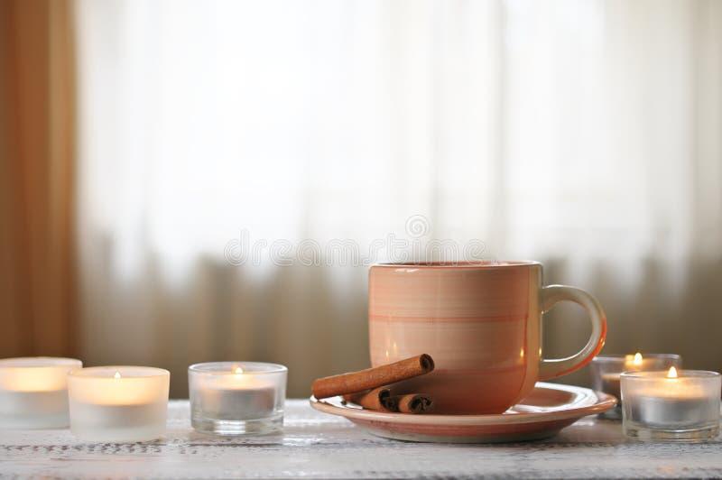 咖啡和灼烧的蜡烛 库存照片
