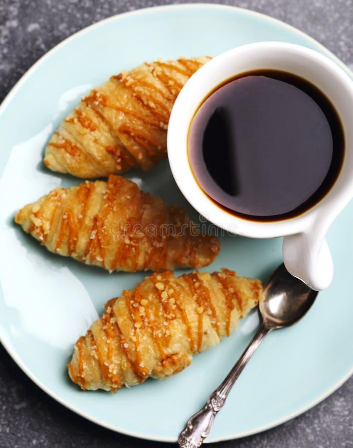 咖啡和盐味的焦糖新月形面包 免版税库存照片