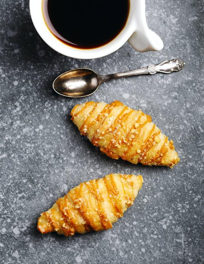 咖啡和盐味的焦糖新月形面包 库存图片
