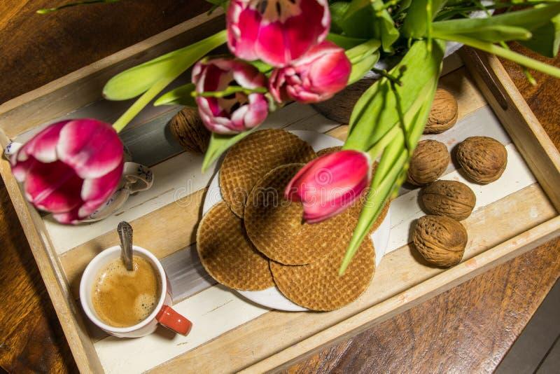 咖啡和糖浆静物画在有t的服务盘子胡扯 免版税库存图片