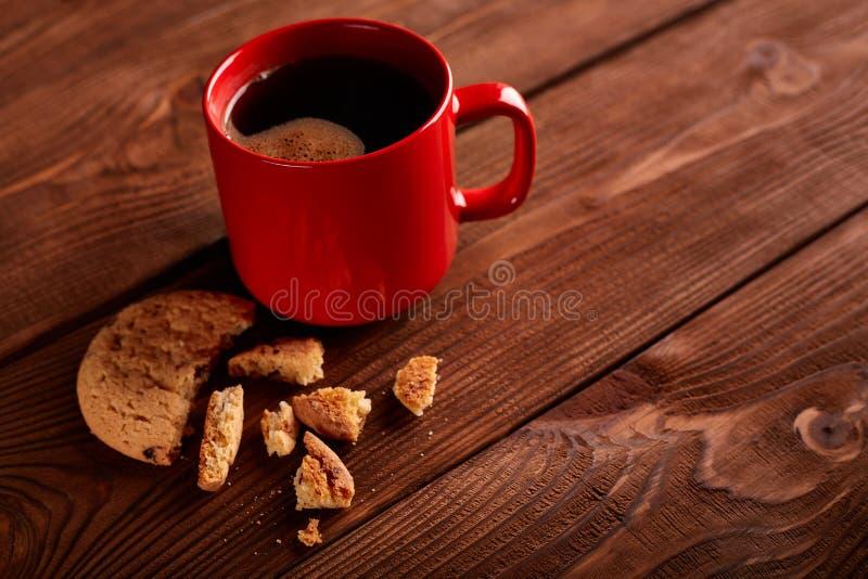 咖啡和自创曲奇饼用巧克力 手工制造巧克力曲奇饼和杯子在木桌上的浓咖啡 免版税库存照片