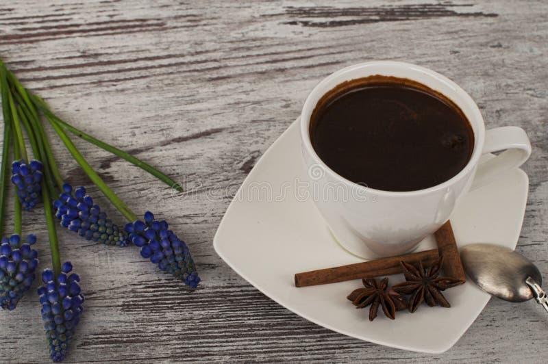 咖啡和花 免版税库存照片