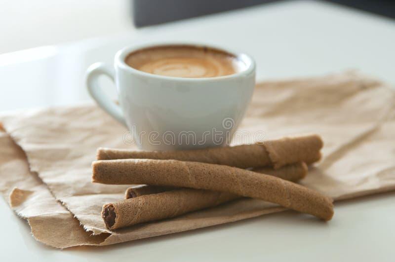 咖啡和薄酥饼管 免版税库存图片