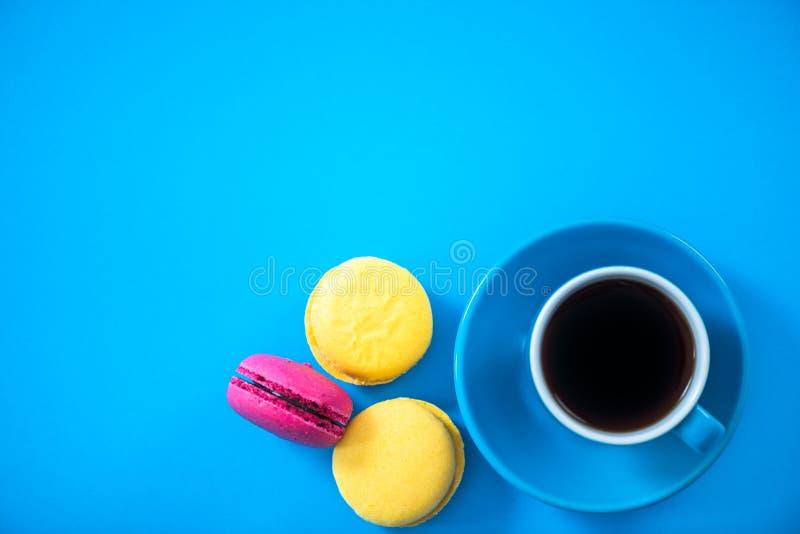 咖啡和蛋白杏仁饼干曲奇饼,平的位置,充满活力的颜色 免版税库存图片