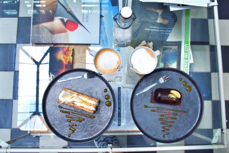 咖啡和蛋糕在酥皮点心在艾恩德霍芬棍打 图库摄影