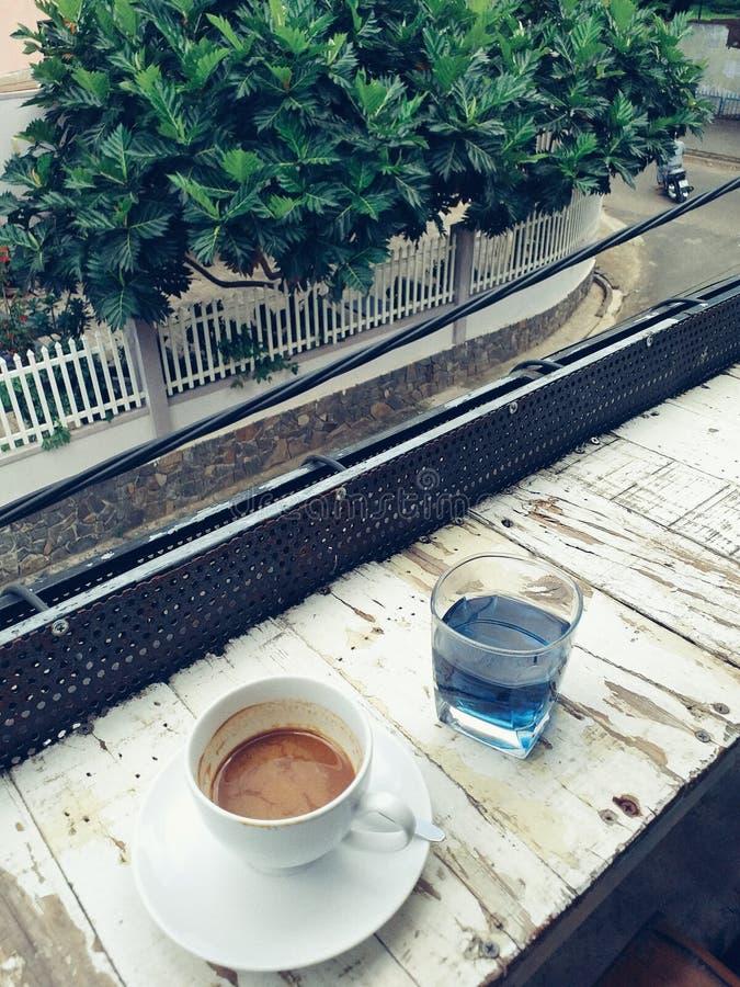 咖啡和蝴蝶豌豆茶 免版税图库摄影