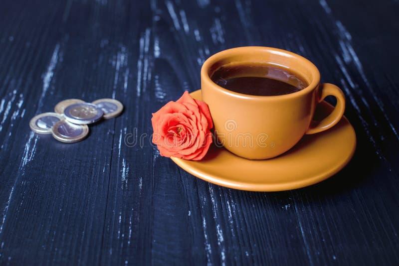 咖啡和金钱食品工业概念 免版税库存图片