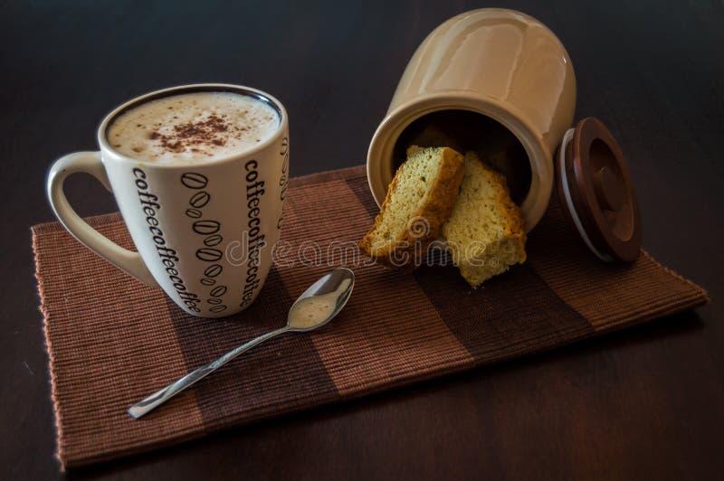 咖啡和面包干 库存照片