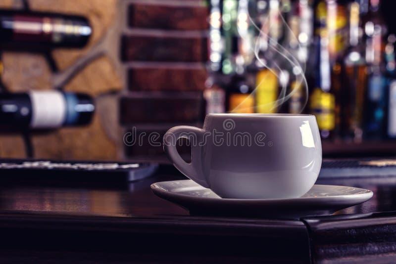 咖啡和饮料 咖啡和科涅克白兰地白兰地酒威士忌酒开胃酒在现代夜酒吧喝酒 库存照片