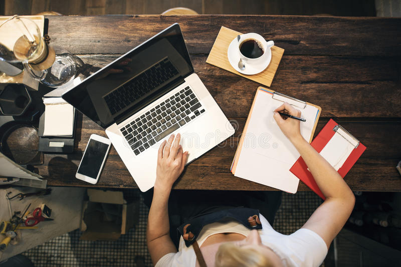 咖啡咖啡馆膝上型计算机预定的所有者运作的概念 库存图片