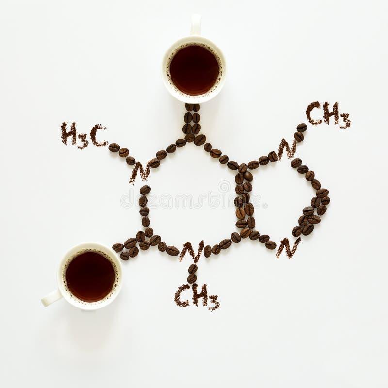 咖啡因化学式  杯浓咖啡、豆和咖啡粉末 艺术食物 顶视图 图库摄影