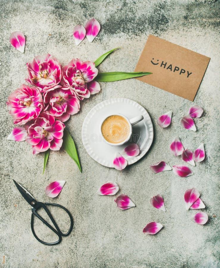咖啡围拢与桃红色郁金香开花 库存图片