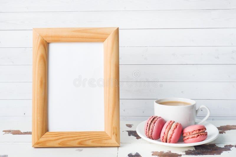 咖啡在一块板材的和蛋白杏仁饼干曲奇饼在白色背景 拷贝空间空白的语篇框架图 免版税库存照片