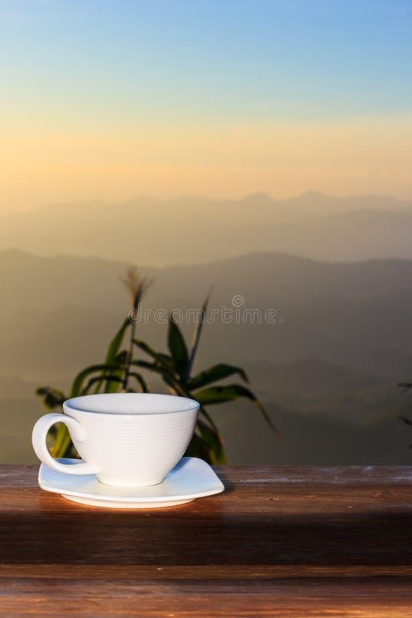 咖啡在一张木表的 免版税库存图片