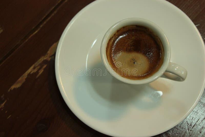 咖啡在一张黑暗的桌上的 库存图片