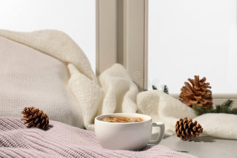 咖啡在户内窗台的 冬天饮料 免版税库存图片