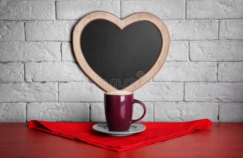 咖啡在桌上的在心脏附近 免版税图库摄影