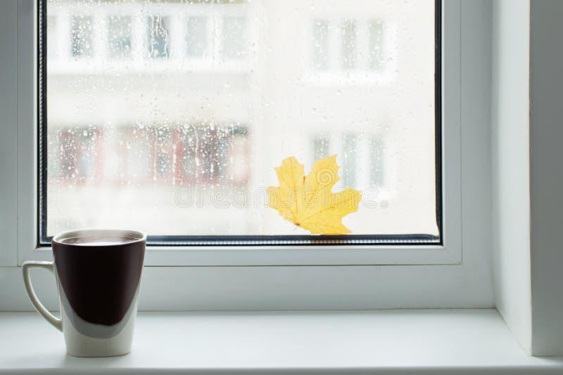 咖啡在窗台的 免版税库存照片