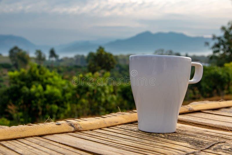 咖啡在竹席子和自然背景的 库存照片