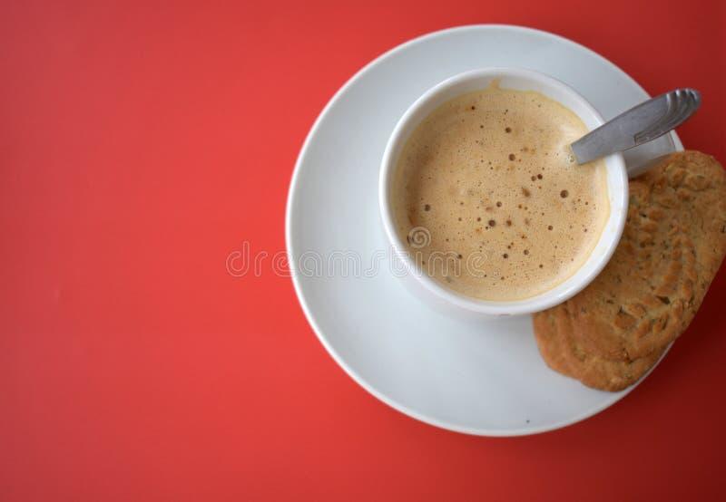 咖啡在红色背景的 免版税库存图片
