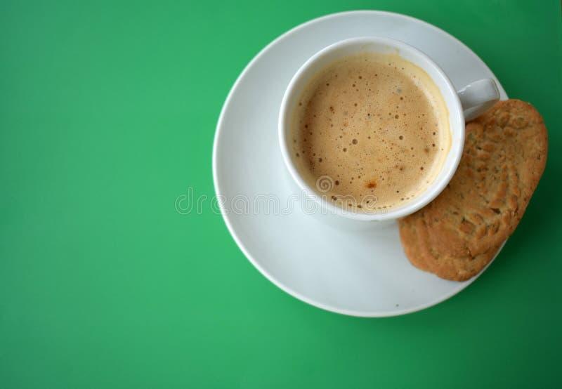 咖啡在绿色背景的 免版税库存照片