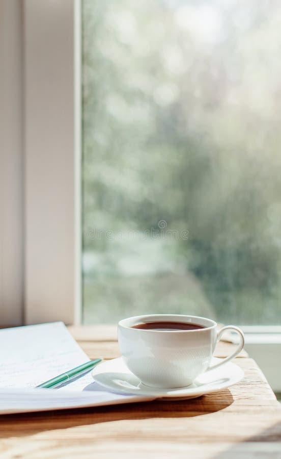 咖啡在老木书桌上的 简单的工作区或咖啡bre 图库摄影