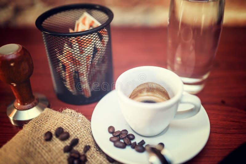 咖啡在酒吧或餐馆 对照片的葡萄酒作用 免版税库存图片