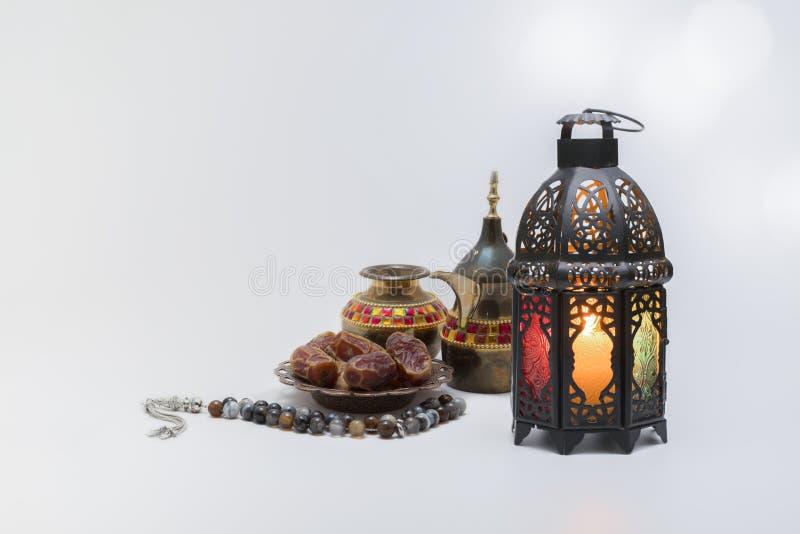 咖啡壶、枣果、念珠灯的传统观 库存图片