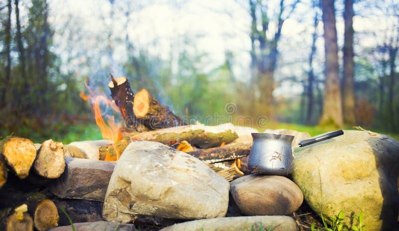 咖啡壶在火附近 免版税图库摄影