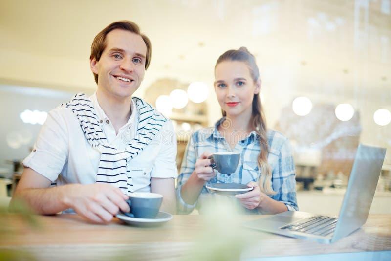 咖啡夫妇喝 库存图片