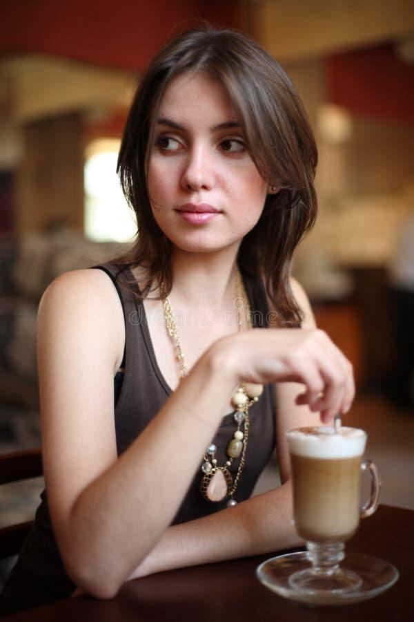 咖啡女孩latte 免版税库存照片