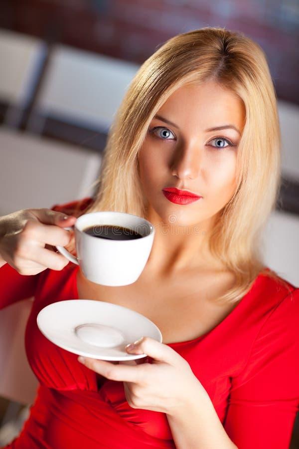 咖啡妇女年轻人 免版税库存照片
