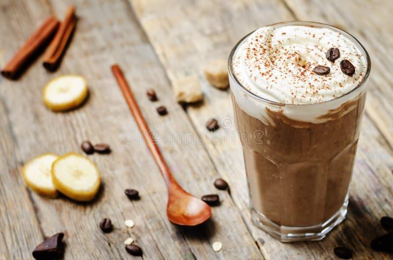 咖啡巧克力香蕉圆滑的人用椰子鞭打了奶油 库存照片
