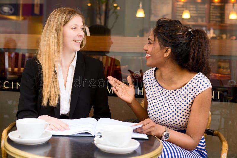 咖啡店会议 库存照片