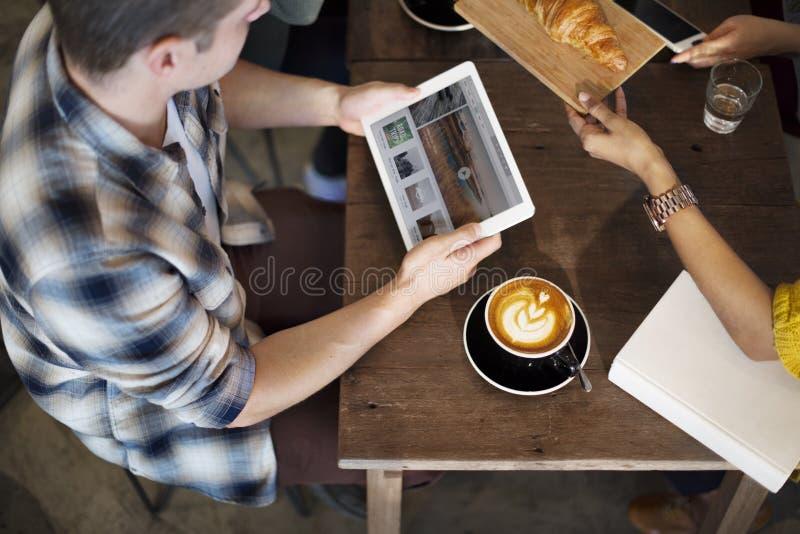 咖啡店断裂咖啡馆会议新月形面包概念 库存照片