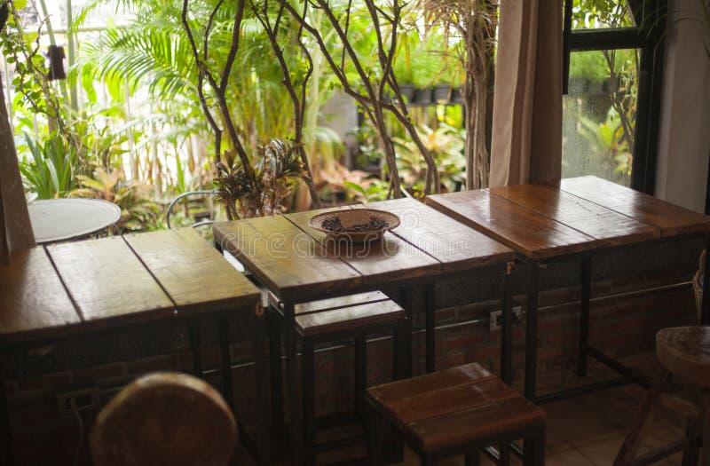 咖啡店桌自然装饰 免版税图库摄影