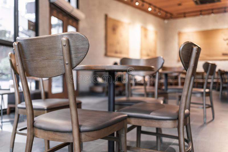 咖啡店现代内部用木家具装饰 免版税库存图片