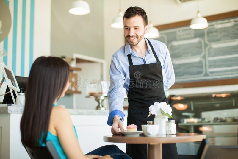 Download 咖啡店的侍者 库存照片. 图片 包括有 自助餐厅, 酥皮点心, 松饼, 食物, 有吸引力的, beautifuler - 59109470